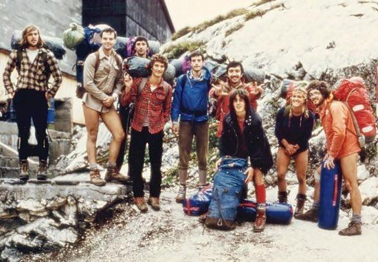 Giovanni, sesto da sx, assieme agli amici della Cgeb, Canin abisso Gortani 1978